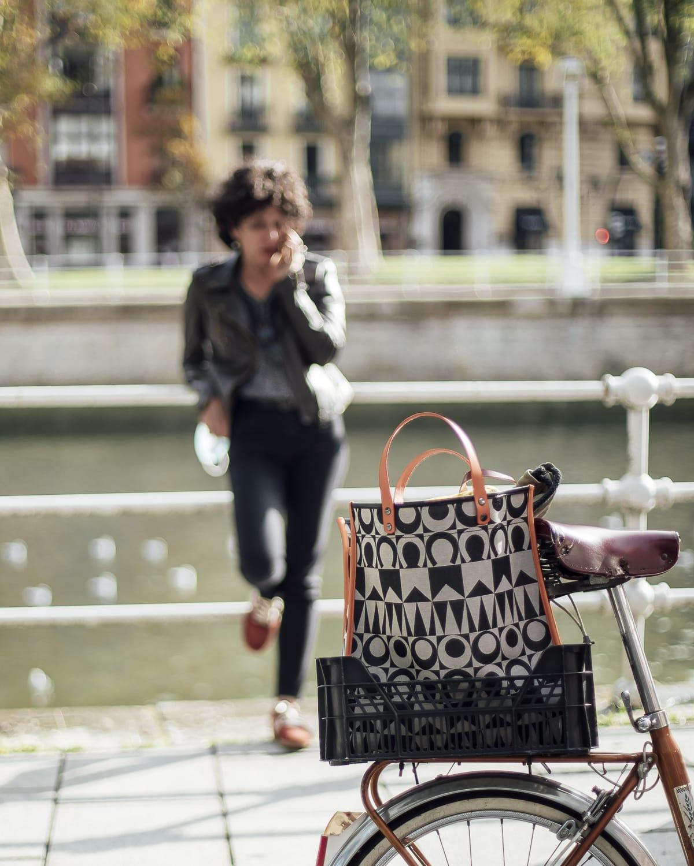 Shopping bag en la cesta de una bici.