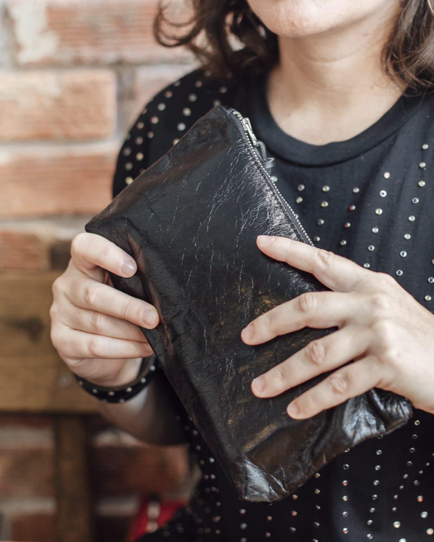 billetera negra de cuero