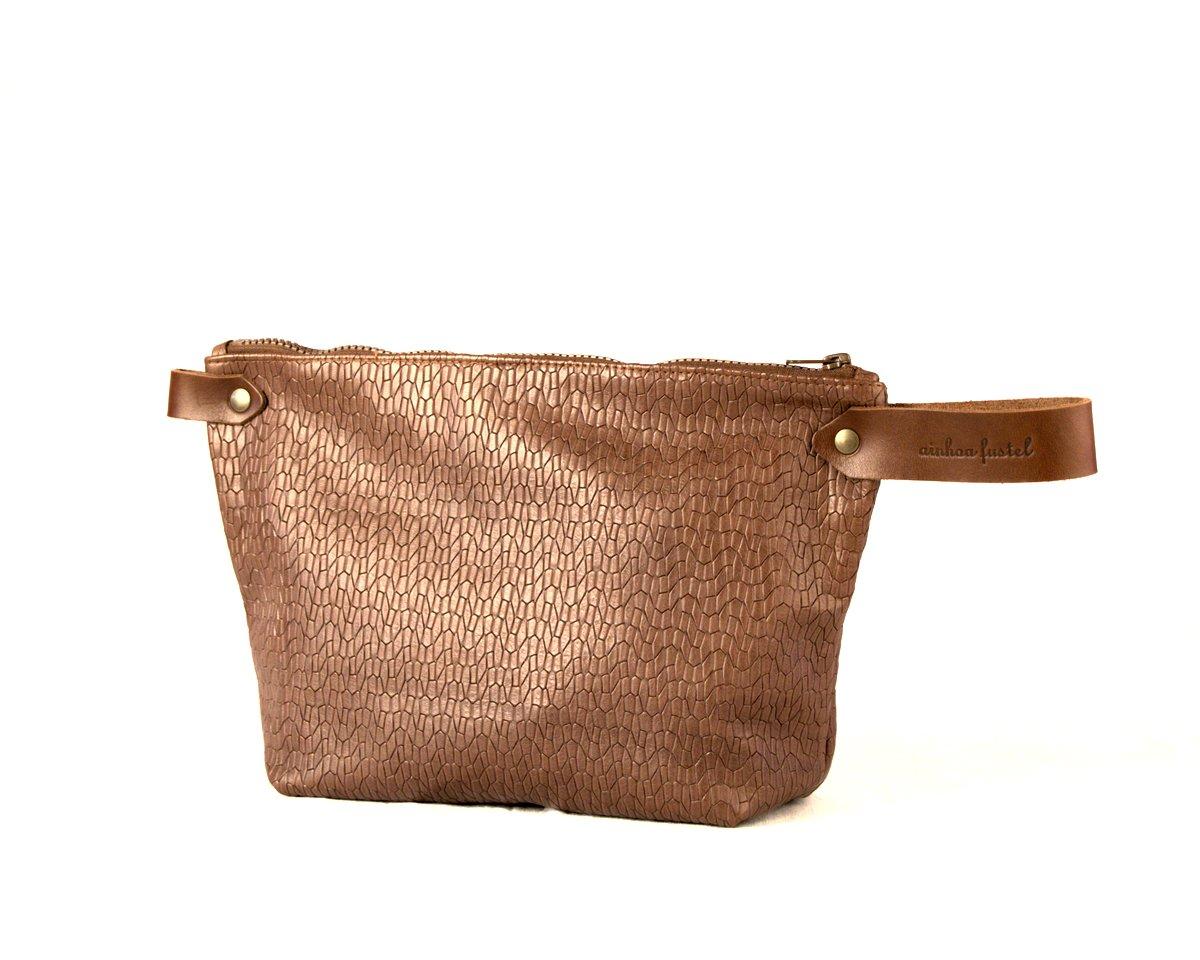 Bolso de mano color marrón medio con cremallera y asa corta al tono.