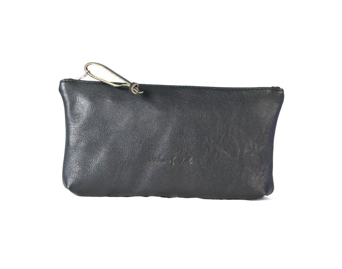 Estuche rectangular de color negro con pieza de cuero en el tirador de la cremallera.