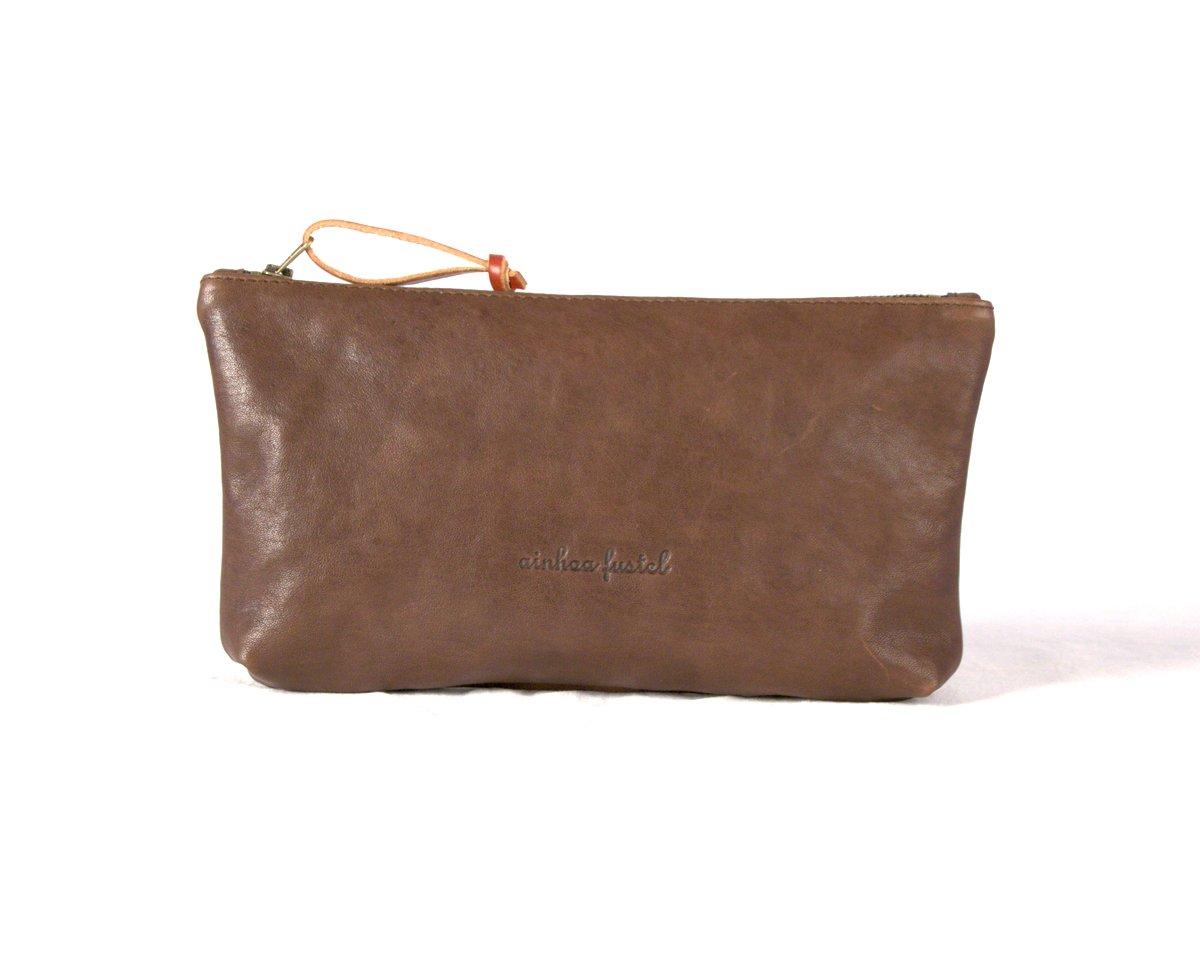 Estuche rectangular marrón con pieza de cuero en el tirador de la cremallera.
