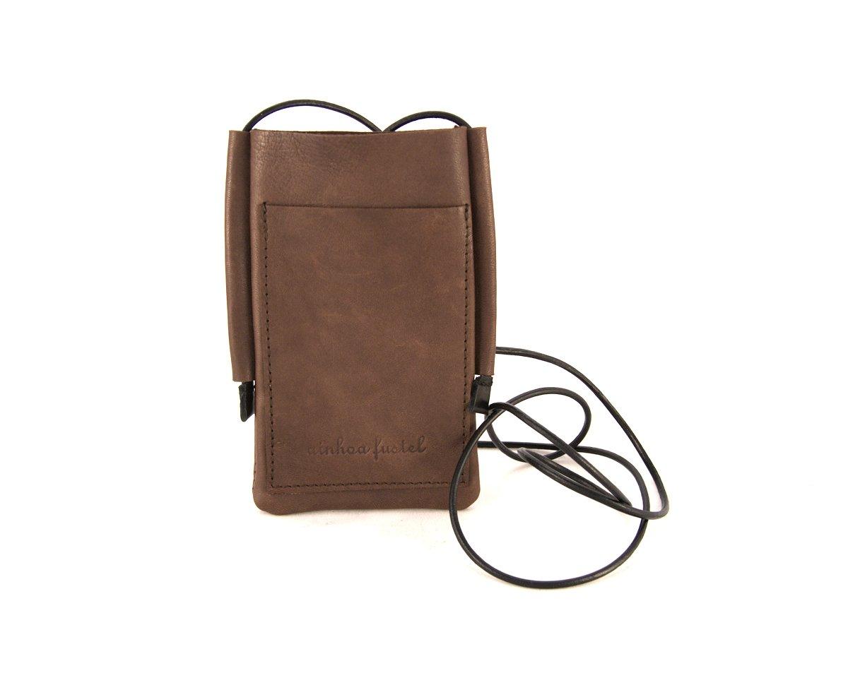 Portamovil de cuero marrón con asa de cordón de cuero