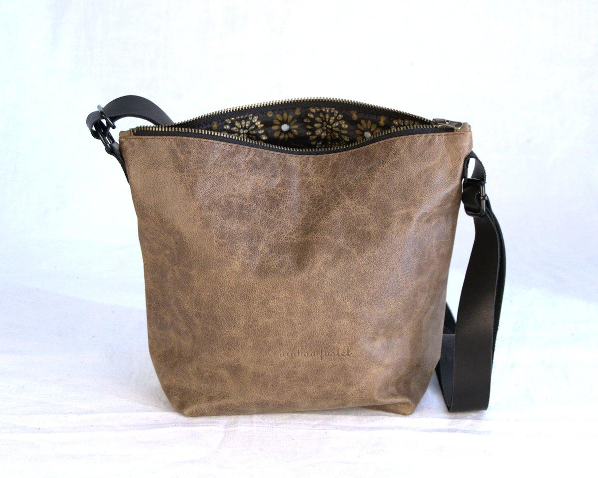Bandolera marrón con cremallera y forro de tela
