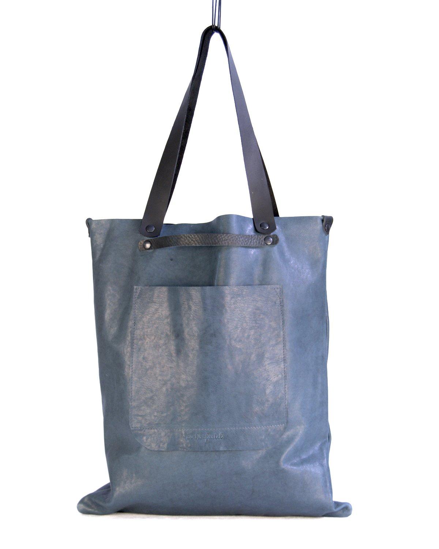 Maxi-bolso de cuero azul con bolsillo exterior y doble asa, de mano y de hombro.