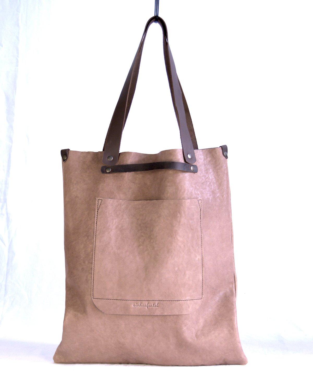 Maxi-bolso de cuero color marrón claro con bolsillo exterior y doble asa, de mano y de hombro.