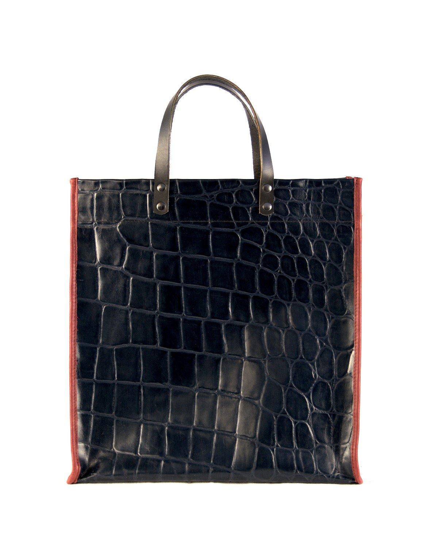 Shopping bag de cuero color azul marino con ribetes color granate y asas de mano negras.