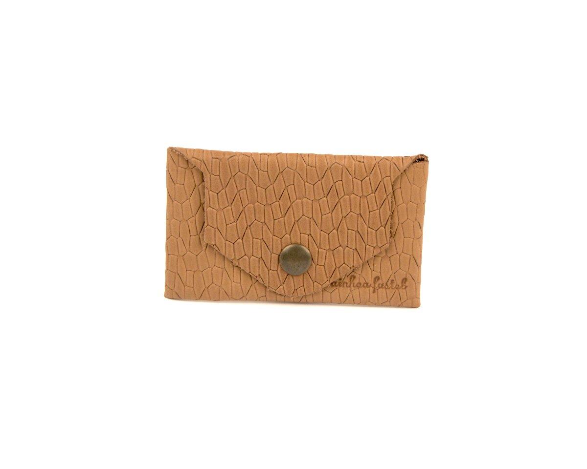 Carterita de piel tamaño tarjetas color marrón claro.